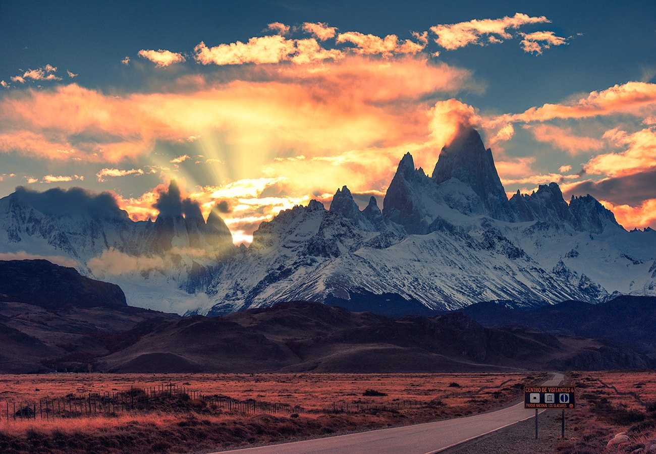 runrays behind the mountain of Fitz Roy