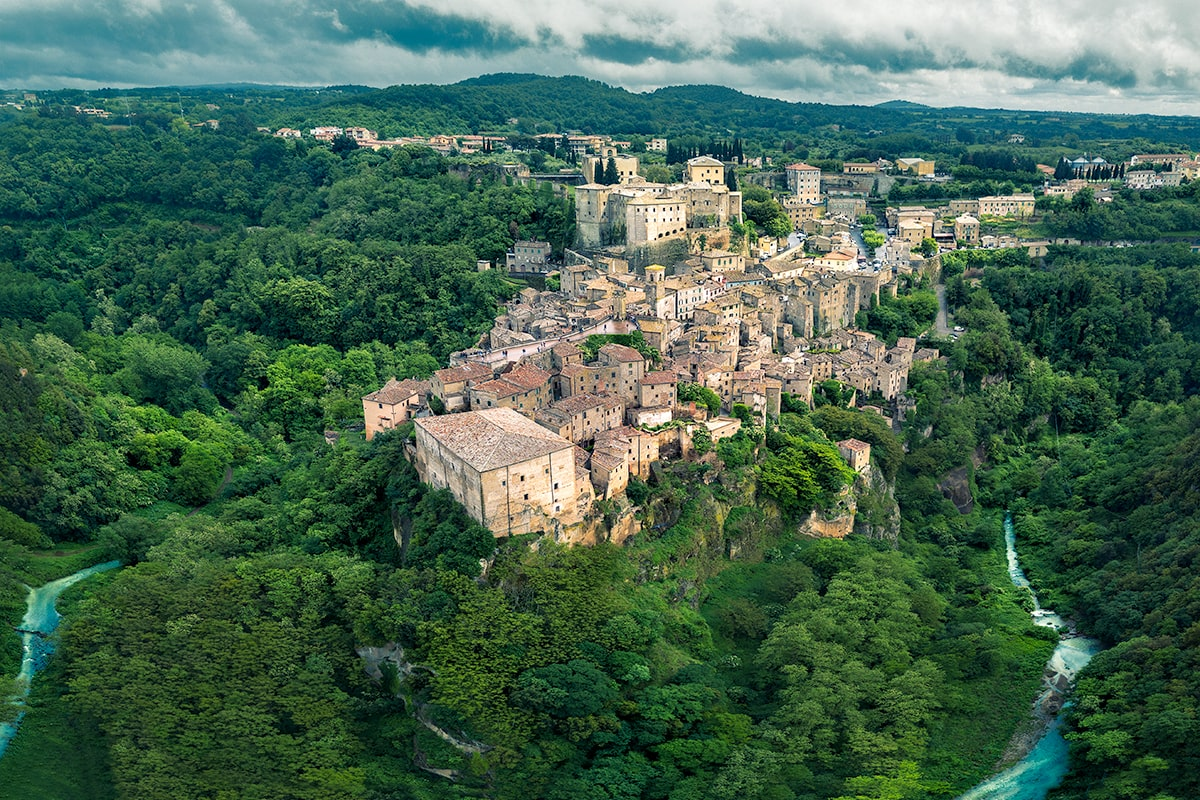 Sorano is characterized by a maze of pretty alleys, courts, ashlar portals, external staircases, loggias and cellars excavated into the tuff where, in the past, the locals made their grape harvests